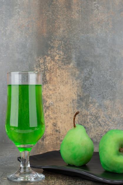 Dwa świeże Zielone Jabłka Ze Szklanką Zielonej Wody Na Ciemnym Talerzu Darmowe Zdjęcia