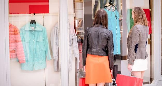 Dwa Tylne Kobiety Okno Zakupy W Centrum Handlowym Premium Zdjęcia