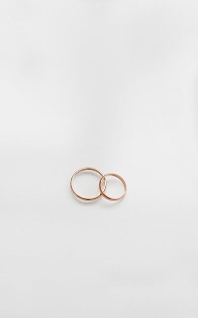 Dwa Złote Obrączki ślubne Na Białym Tle. Premium Zdjęcia