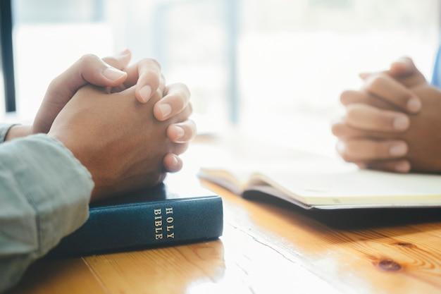 Dwaj Chrześcijanie Modlą Się Razem Nad świętą Biblią. Premium Zdjęcia