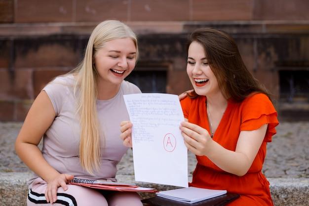 Dwaj Przyjaciele Z Wynikiem Egzaminu Chętnie Otrzymają Najwyższą Ocenę A. Premium Zdjęcia
