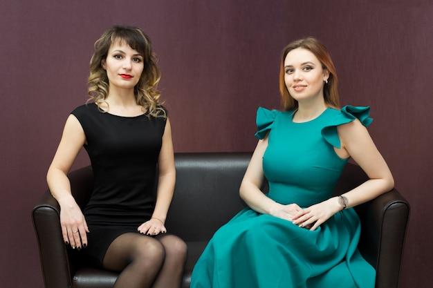 Dwie Atrakcyjne Młode Dziewczyny Na Kanapie. Premium Zdjęcia