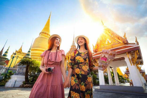 Dwie Azjatyckie Dziewczyny Podróżują I Sprawdzają Lokalizację Na Mapie W Grand Palace Premium Zdjęcia
