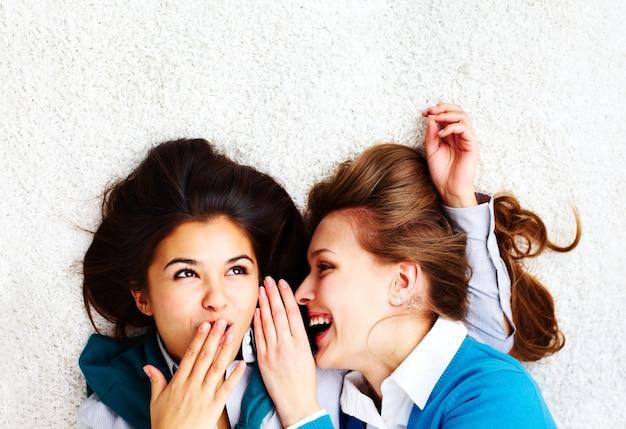 Dwie dziewczynki gossiping Darmowe Zdjęcia