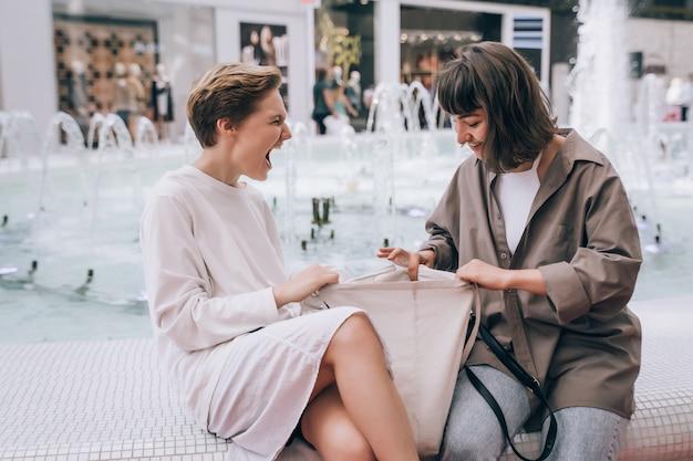 Dwie Dziewczyny Bawią Się W Centrum Handlowym, Fontannie Darmowe Zdjęcia