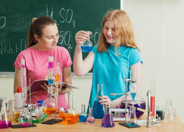 Dwie Dziewczyny Przeprowadzają Eksperymenty Chemiczne Premium Zdjęcia
