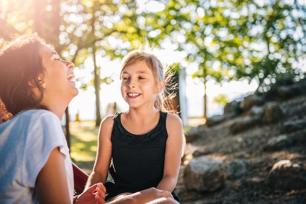 Dwie dziewczyny śmieją się razem Premium Zdjęcia