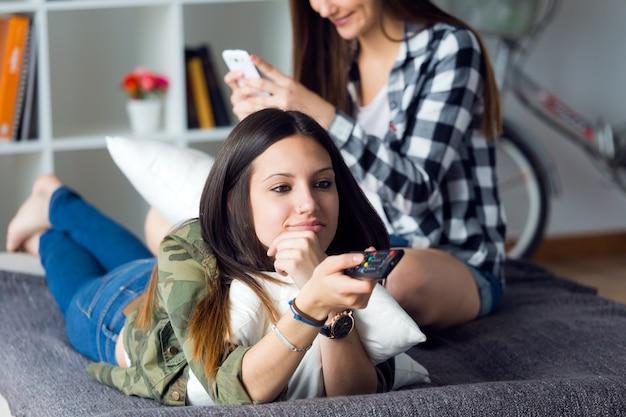 Dwie Dziewczyny Spędzać Czas W Salonie Premium Zdjęcia