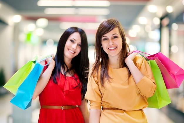 Dwie Dziewczyny Z Torbami Na Zakupy Darmowe Zdjęcia