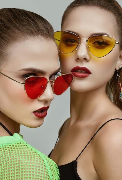Dwie Eleganckie Glamour Hipster Bliźniaczki W Modnych Neonowych Zielonych Sukienkach Premium Zdjęcia