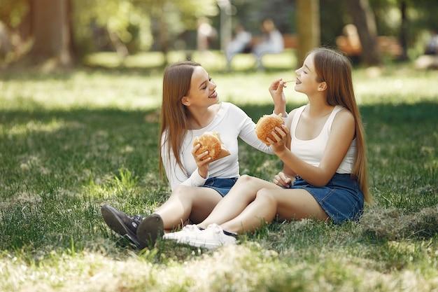 Dwie eleganckie i stylowe dziewczyny w wiosennym parku Darmowe Zdjęcia