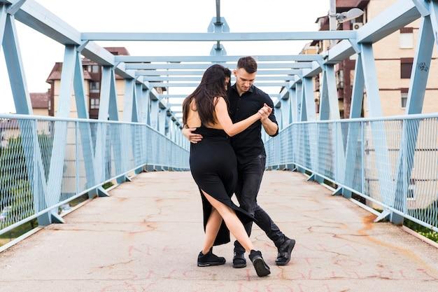 Dwie eleganckie tanga tancerzy na moście Darmowe Zdjęcia
