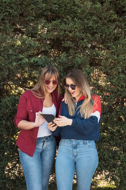 Dwie kobiety patrząc na makiety tabletu Darmowe Zdjęcia