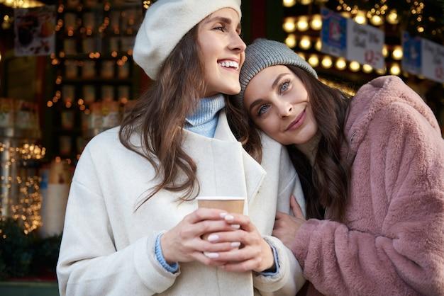 Dwie Kobiety Przytulanie Na Jarmarku Bożonarodzeniowym Darmowe Zdjęcia