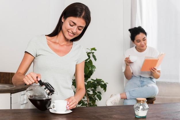 Dwie Kobiety W Domu Kawę I Czytanie Darmowe Zdjęcia
