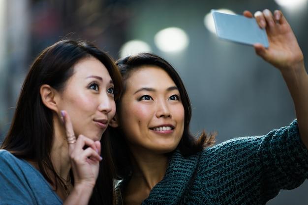 Dwie Koleżanki Spotykają Się W Tokio Premium Zdjęcia