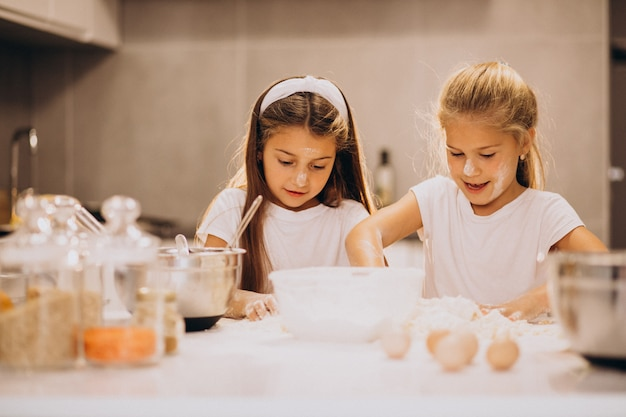 Dwie małe dziewczynki siostry, gotowanie w kuchni Darmowe Zdjęcia