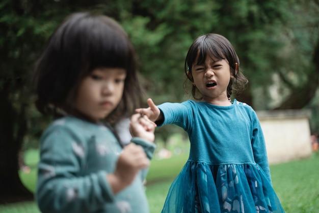 Dwie Małe Dziewczynki Walczą O Zabawki Premium Zdjęcia