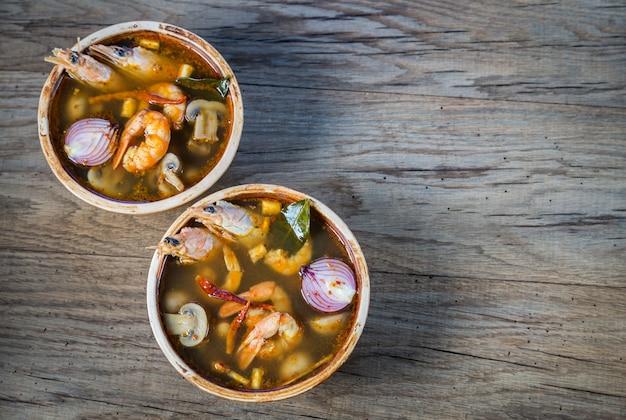 Dwie Miski Tajskiej Zupy Tom Yum Premium Zdjęcia