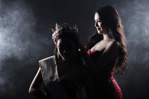 Dwie miss korowód konkurs wieczorowa suknia balowa Premium Zdjęcia