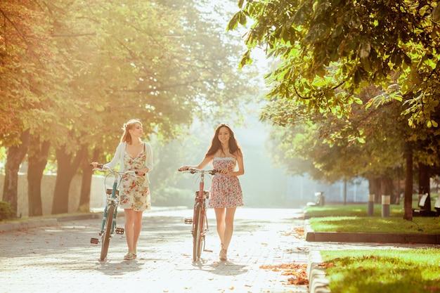 Dwie Młode Dziewczyny Z Rowerami W Parku Darmowe Zdjęcia