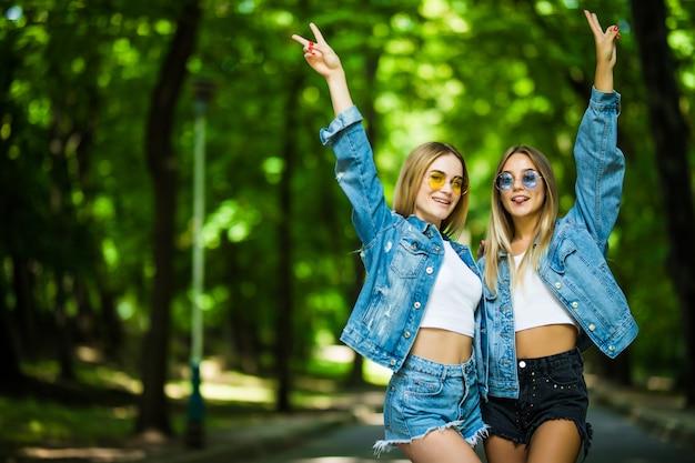 Dwie Młode Dziewczyny Zabawy W Parku Lato Darmowe Zdjęcia