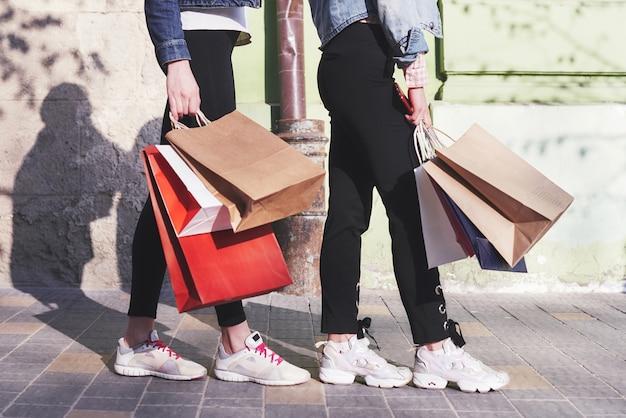 Dwie Młode Kobiety Niosące Torby Na Zakupy Idąc Ulicą Po Wizycie W Sklepach. Darmowe Zdjęcia