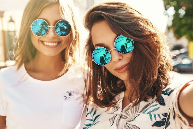 Dwie Młode Kobiety Stylowe Hippie Brunetka I Blond Kobiety W Letnich Hipster Ubrania Przy Selfie Darmowe Zdjęcia