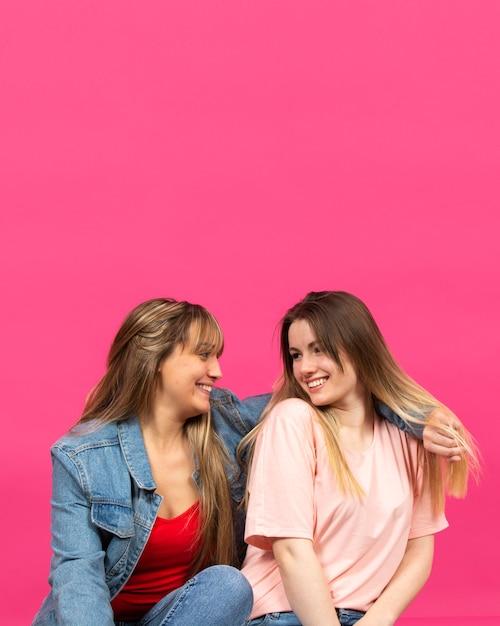 Dwie młode kobiety uśmiecha się do siebie Darmowe Zdjęcia