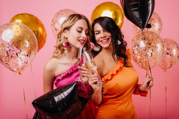 Dwie Młode Kobiety, Zabawy Na Imprezie Darmowe Zdjęcia