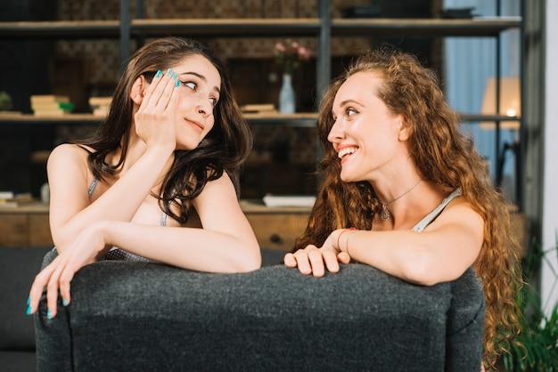 Dwie młode koleżanki patrząc na siebie Darmowe Zdjęcia