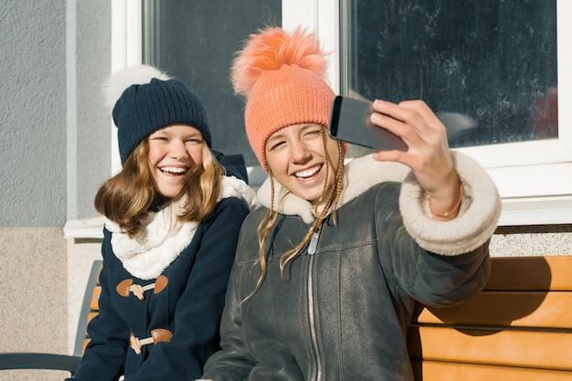 Dwie młode nastolatki zabawy na świeżym powietrzu Premium Zdjęcia
