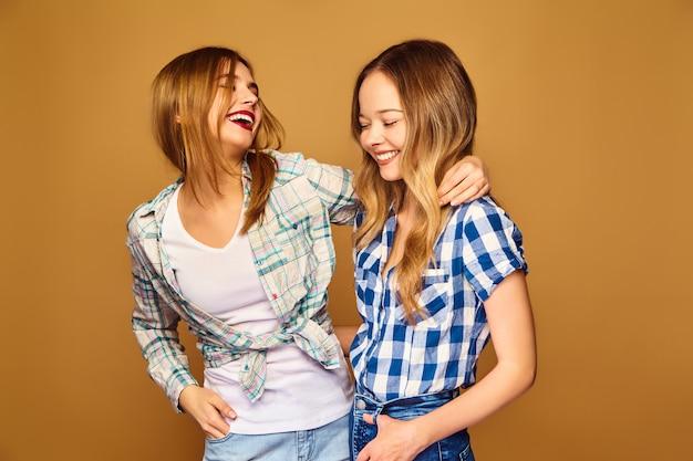 Dwie Młode Piękne Blond Uśmiechnięte W Modne Letnie Koszule W Kratkę Darmowe Zdjęcia
