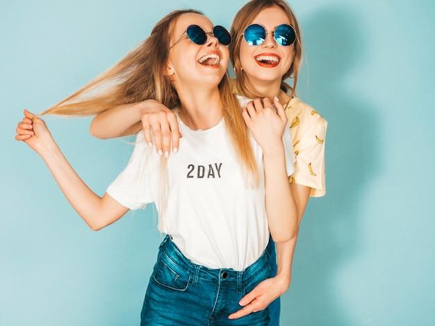 Dwie Młode Piękne Uśmiechnięte Blond Hipster Dziewczyny W Modne Letnie Kolorowe Ubrania T-shirt. Darmowe Zdjęcia