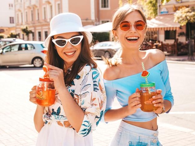 Dwie Młode Piękne Uśmiechnięte Dziewczyny Hipster W Modne Letnie Ubrania I Kapelusz Panama. Darmowe Zdjęcia