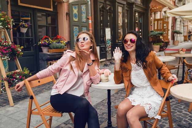 Dwie Młode Stylowe Kobiety Siedzą W Kawiarni Darmowe Zdjęcia