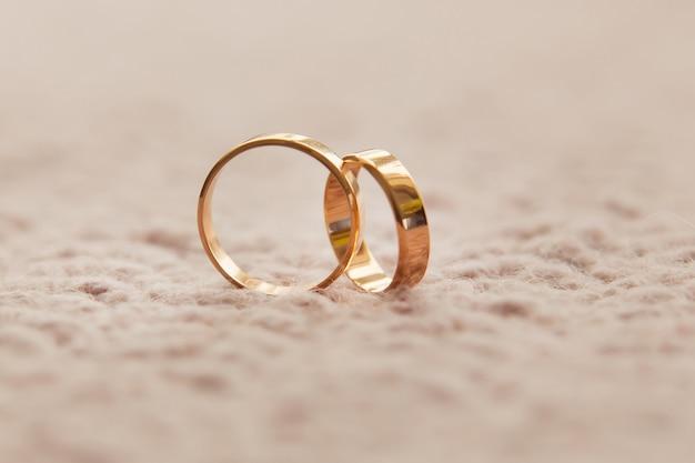 Dwie Obrączki ślubne. Koncepcja Miłości Premium Zdjęcia
