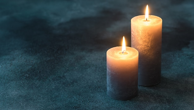 Dwie Palące Się świece Na Granatowej Powierzchni Premium Zdjęcia