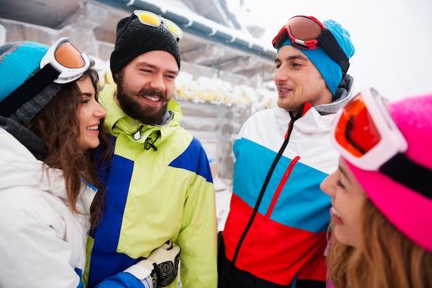 Dwie Pary Zabawy I Snowboardu Darmowe Zdjęcia