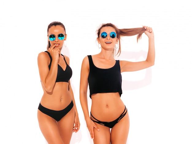 Dwie Piękne Seksowne Uśmiechnięte Kobiety W Czarnej Bieliźnie. Modne Gorące Modele Zabawy. Dziewczyny Na Białym Tle Darmowe Zdjęcia