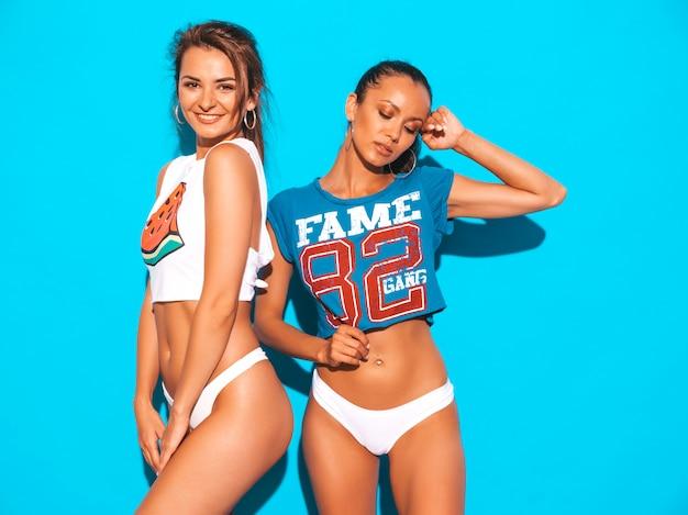 Dwie Piękne Uśmiechnięte Seksowne Kobiety W Białych Majtkach I Temacie. Modne Modele Dziewczyn świetnie Się Bawią. Odosobniony Darmowe Zdjęcia