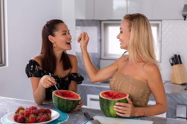 Dwie Przyjaciółki Z Azji I Kaukazu O Owocach Tropikalnych Arbuza I Rambutanu W Kuchni Kobieta Spędza Czas Razem W Domu Rozmowa I Uśmiech Koncepcja Przyjaźń Zdrowy Styl życia Darmowe Zdjęcia