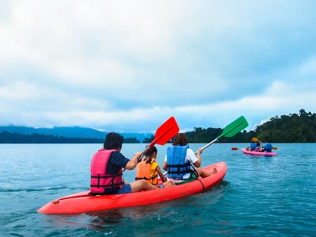 Dwie Rodziny żeglarstwo, Spływy Kajakowe W Tamie Premium Zdjęcia
