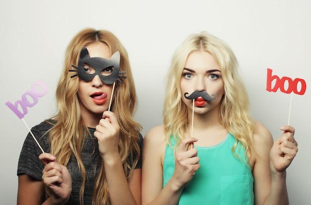 Dwie stylowe seksowne hipster dziewczyny gotowe na imprezę Premium Zdjęcia