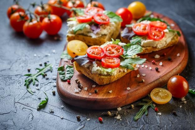 Dwie świeże kanapki z pomidorami koktajlowymi Premium Zdjęcia