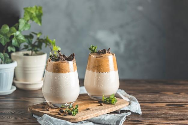 Dwie Szklanki Z Kawą Dalgona Z Piankową Kawą Koreańskiego Napoju Latte Espresso Premium Zdjęcia