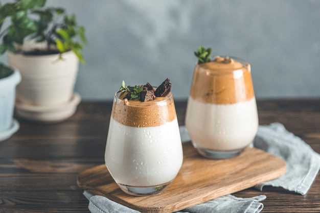 Dwie Szklanki Z Kroplami Wody Dalgona Spieniony Kawowy Trend Koreański Pić Latte Espresso Z Pianką Kawową Premium Zdjęcia