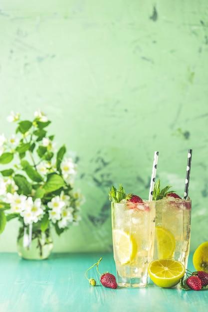 Dwie Szklanki Zimnego Lodowego Orzeźwiającego Napoju Z Cytryną I Truskawką Premium Zdjęcia