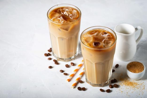 Dwie Szklanki Zimnej Kawy. Premium Zdjęcia