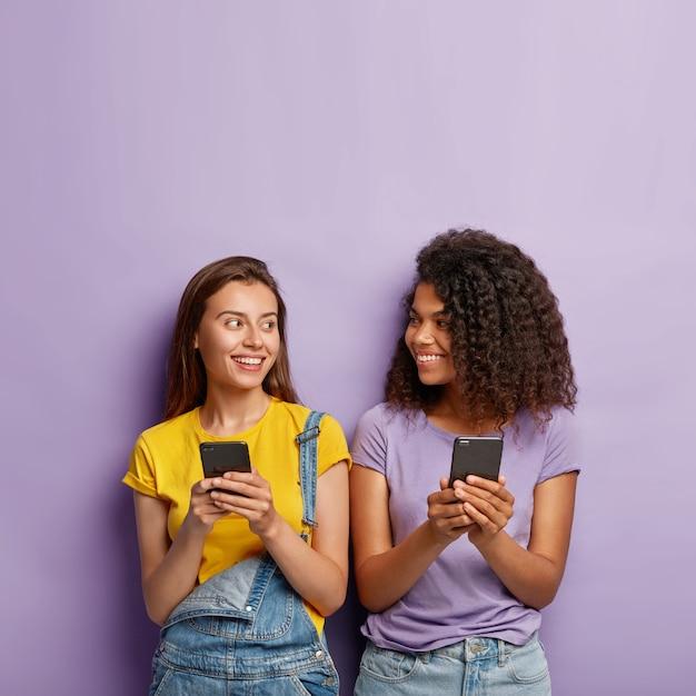Dwie Urocze Dziewczyny Z Pokolenia Y Używają Telefonów Komórkowych Darmowe Zdjęcia
